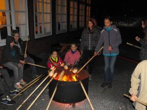 Lagerfeuer mit Stockbrotbacken