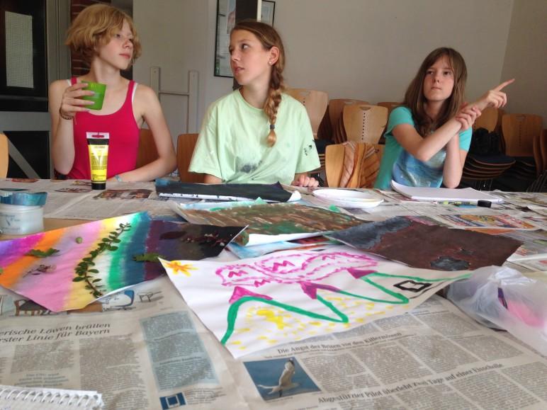 Zwischen Zeitungspapier, Farben und schon fertig Gemalten Bildern...