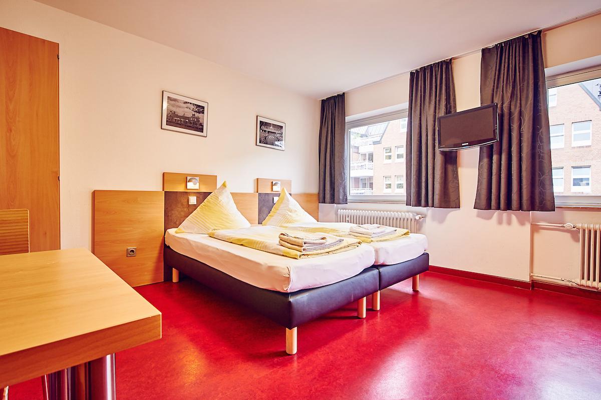 Etagenbetten Für Jugendherbergen : Hotelzimmer mit leeren etagenbetten in einem kleinen raum der